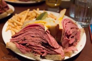 Smoked Meat à Montreal : Schwartz's / Reuben's, le match !